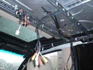 Установка потолочного монитора в машину-11