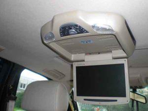 Установка потолочного монитора в машину-15