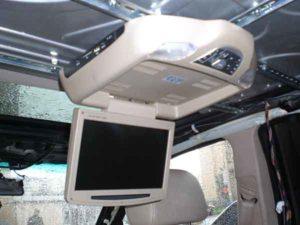 Установка потолочного монитора в машину-13