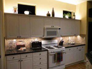 Законченный вид кухни с подсветкой